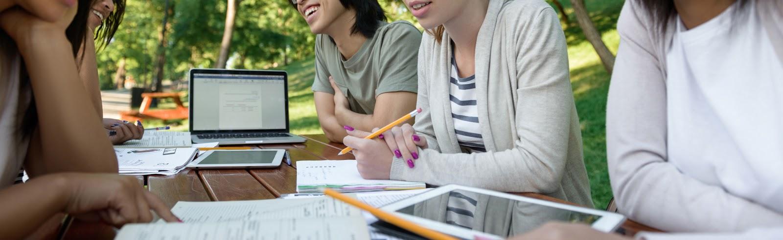 Pessoas estudando curso de inglês online juntas.
