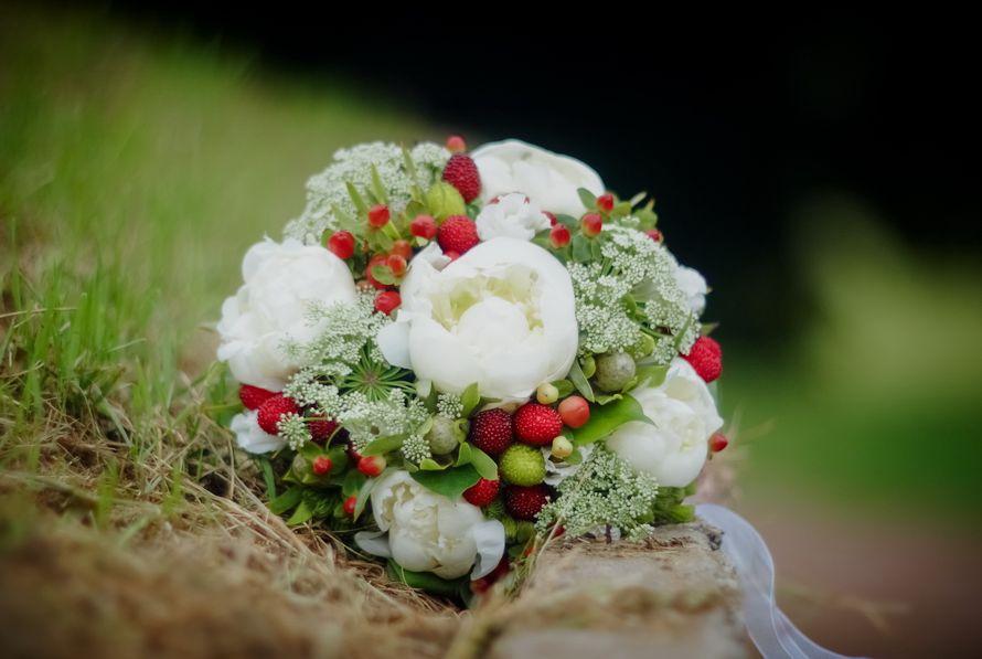 Декор ягодами букета для невесты