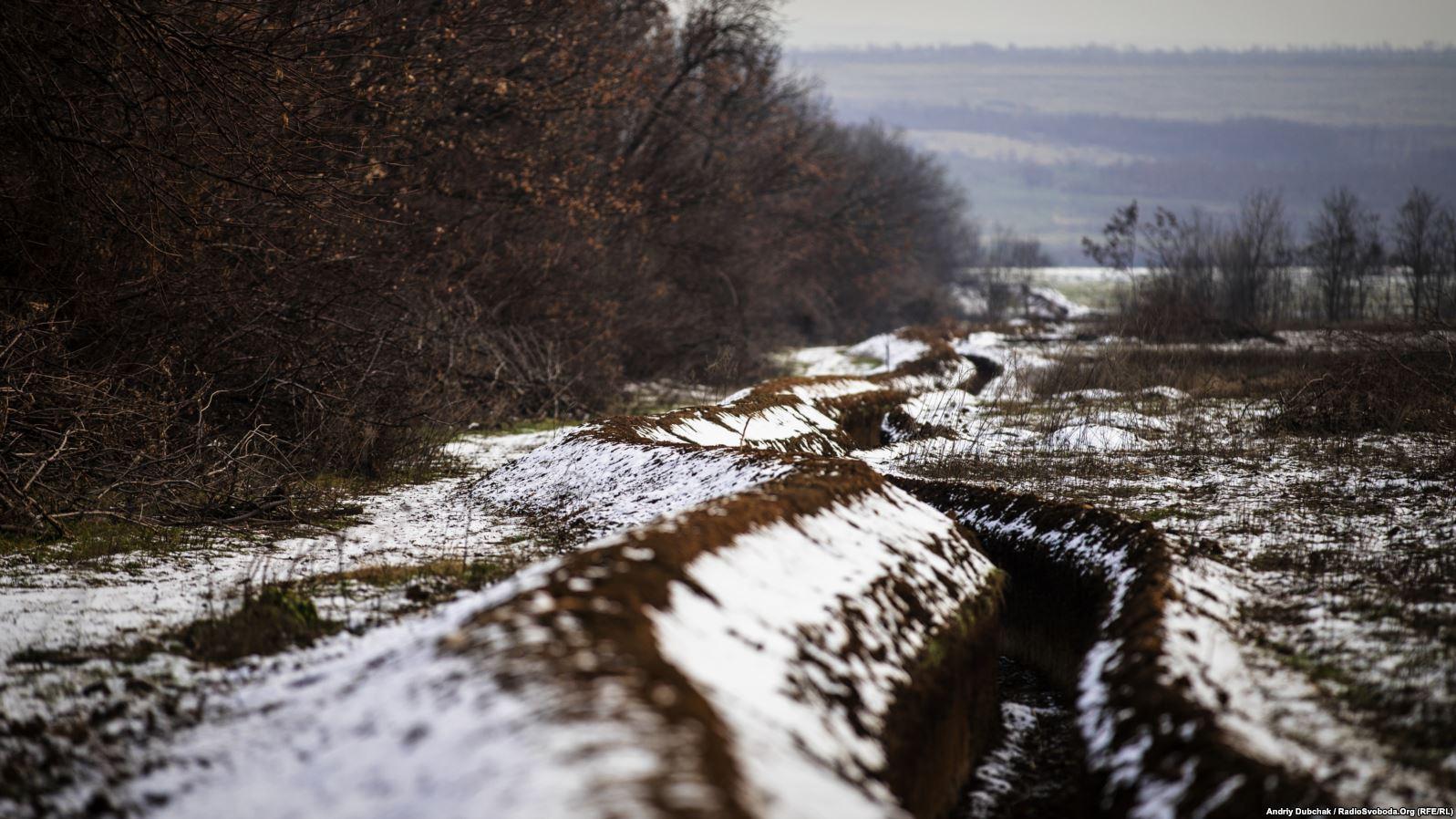 Лінія окопів між позиціями українських військових під Попасною