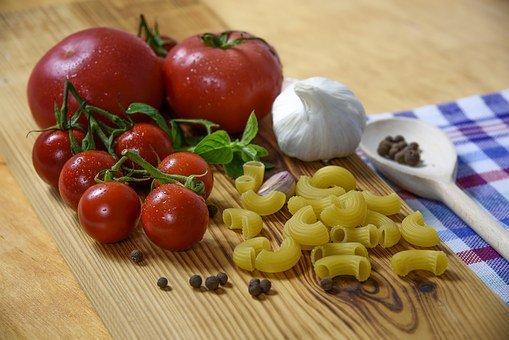pomidory i makaron na desce