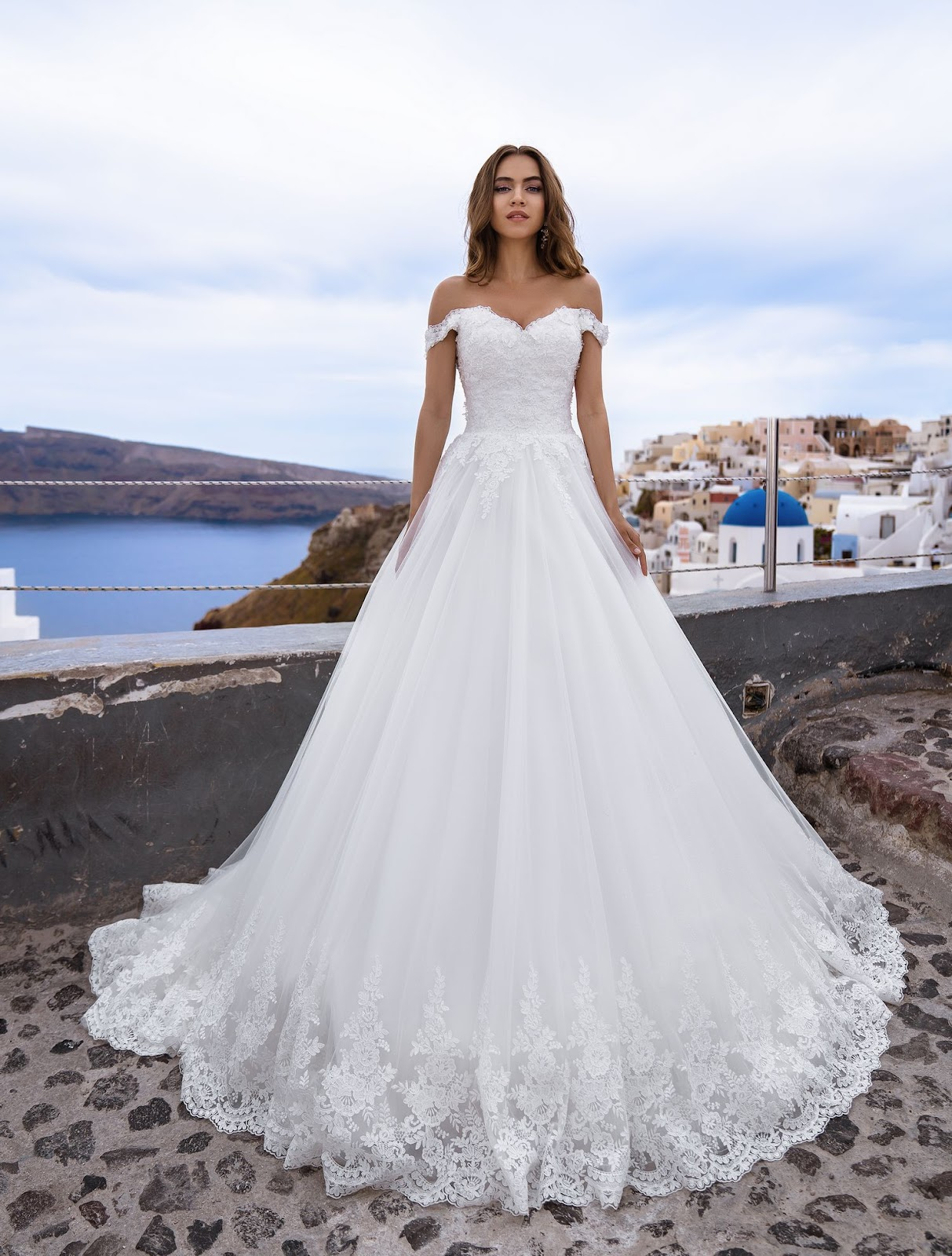 Весільна сукня з відкритими плечима