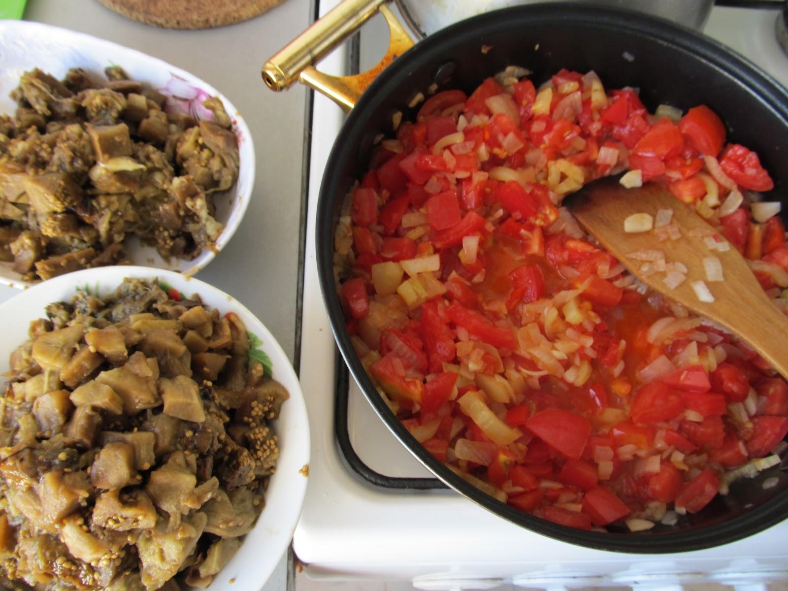 Нарізана м'якоть баклажанів та обсмажені овочі для ікри