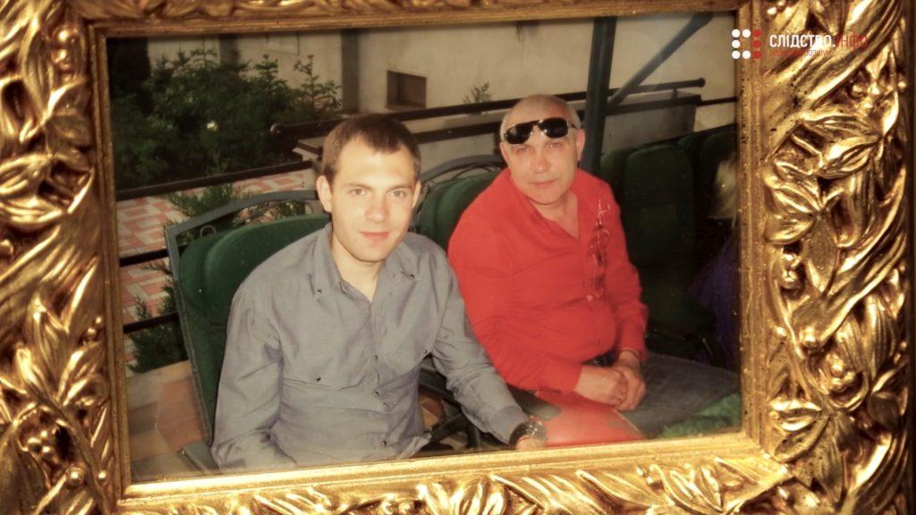 Виталий (на фото слева)начал преследовать нападавших и догнал их недалеко от дома.В соседнем дворе его убили