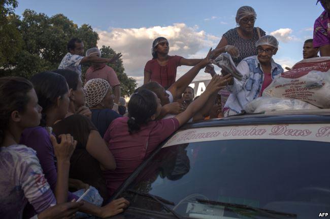 Бразильские волонтеры раздают одежду венесуэльским беженцам в городе Боа-Вишта