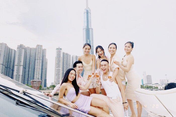 Vũ Thảo My tổ chức sinh nhật cùng bạn bè bên du thuyền - ảnh 3