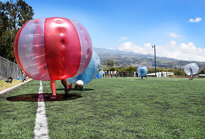 """Una de las actividades que más carcajadas sacó a los estudiantes fue el """"bumper ball"""", en las canchas artificiales del TEC. Foto: Ruth Garita/OCM."""