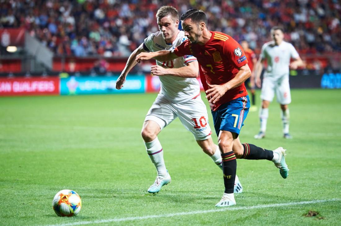 Альваро Мората и Сольви Ватнхамар в отборочном матче на Евро 2020
