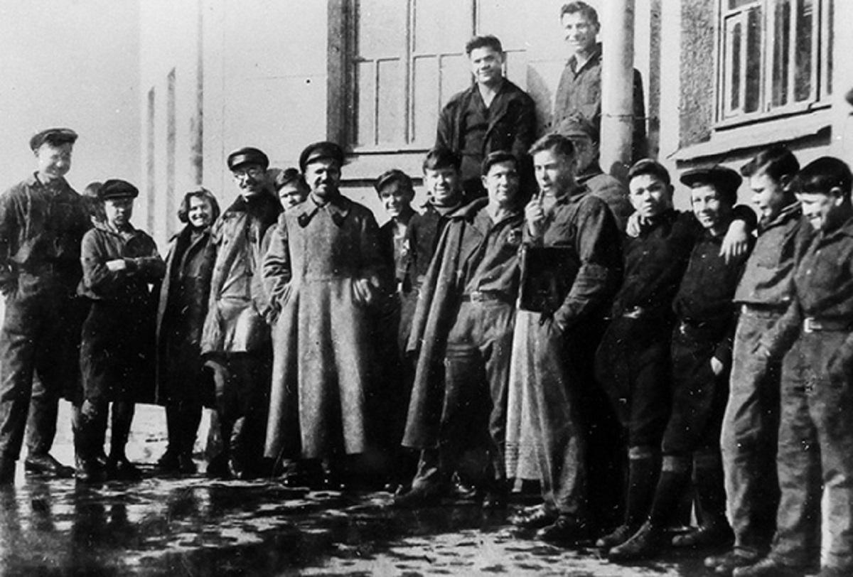 Комунари з вихователями. Поруч з Макаренком стоїть Іван Судаков (в шинелі) — начальник комуни у червні 1932-го — жовтні 1933-го, колишній комендант ДПУ УСРР, професійний виконавець смертних вироків