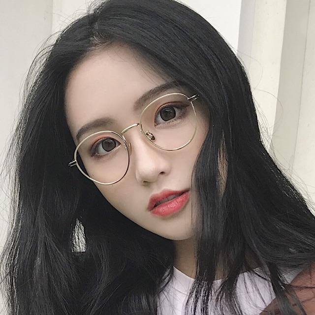 Tại sao mắt kính gọng kim loại trắng được nhiều người lựa chọn