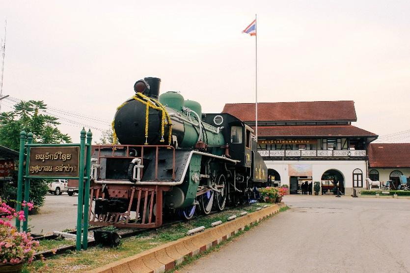 สถานีรถไฟนครลำปาง อาคารสไตล์ล้านนาและ Bavarian Cottage ที่บรรจุประวัติศาสตร์ภาคเหนือ