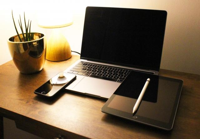 机の上のノートパソコン  自動的に生成された説明