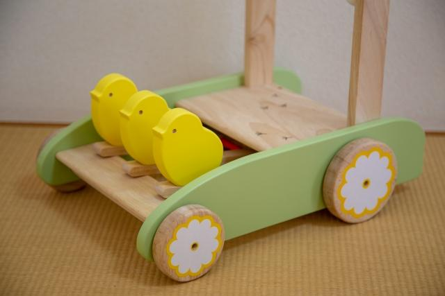 ヒヨコが付いた赤ちゃん用の押し車