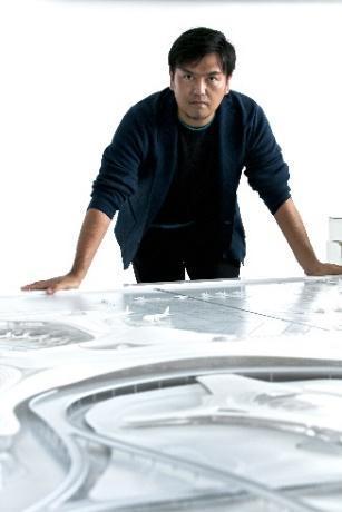 人, 男, テーブル, フロント が含まれている画像  自動的に生成された説明