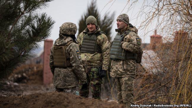 Полковник Дмитро Делятицький (праворуч) спілкується з особовим складом