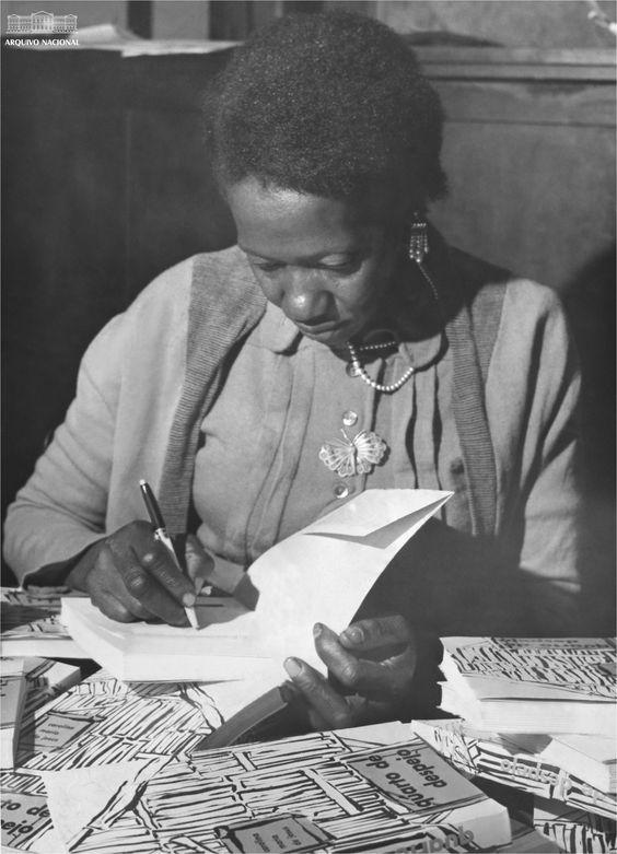 Carolina Maria de Jesus autografa seu livro Quarto de Despejo, em 1960. Foto: Wikipedia
