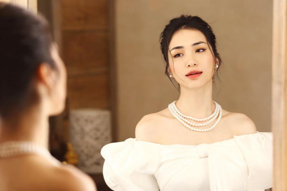 Hòa Minzy khoe vẻ đẹp nền nã khi diện áo dài cách tân  - ảnh 1