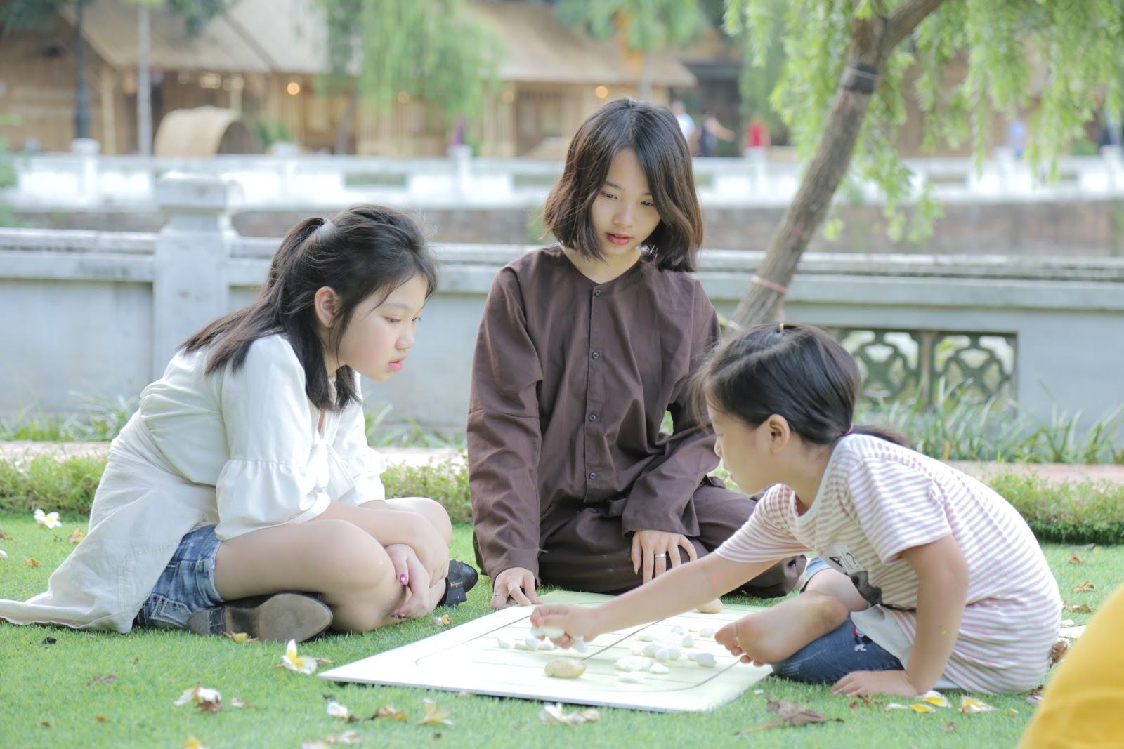 Tuổi thơ ùa về với trò chơi ô ăn quan