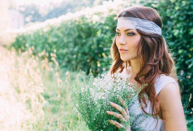 Невеста с букетом полевых цветов