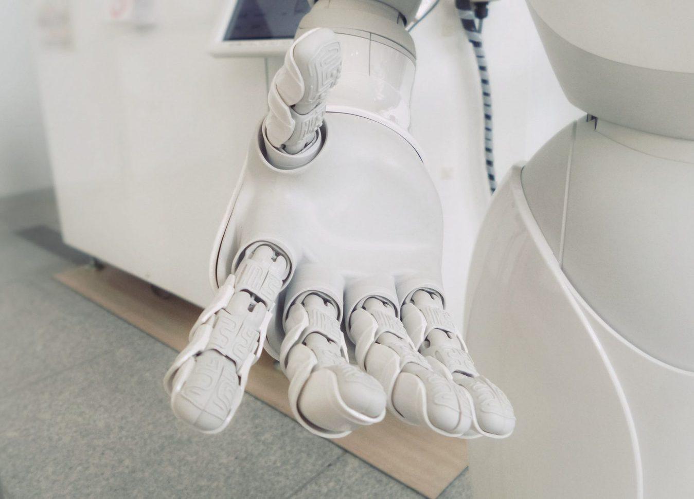 Een witte robot hand