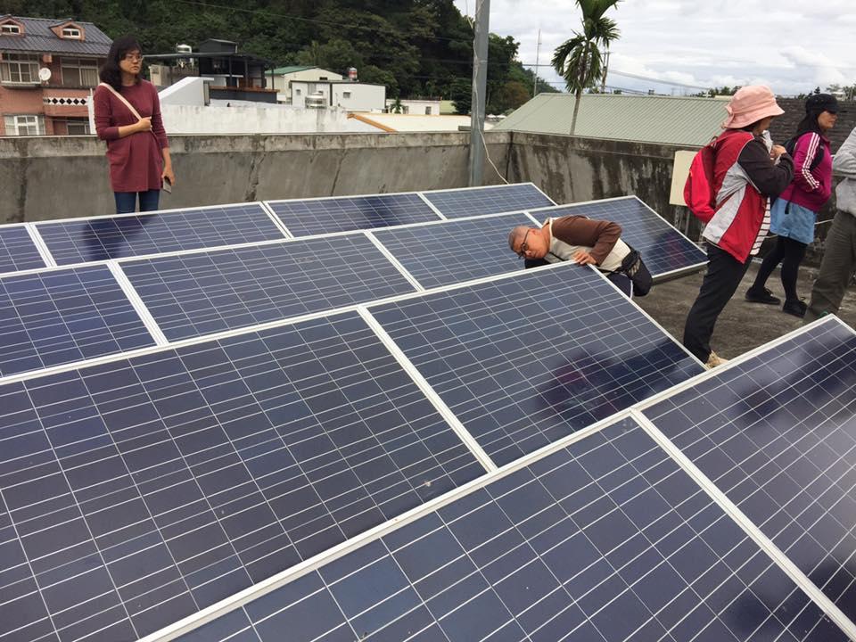 達魯瑪克在公用空間設置太陽能板,邁出部落電廠的第一步。圖片來源│ 主婦聯盟