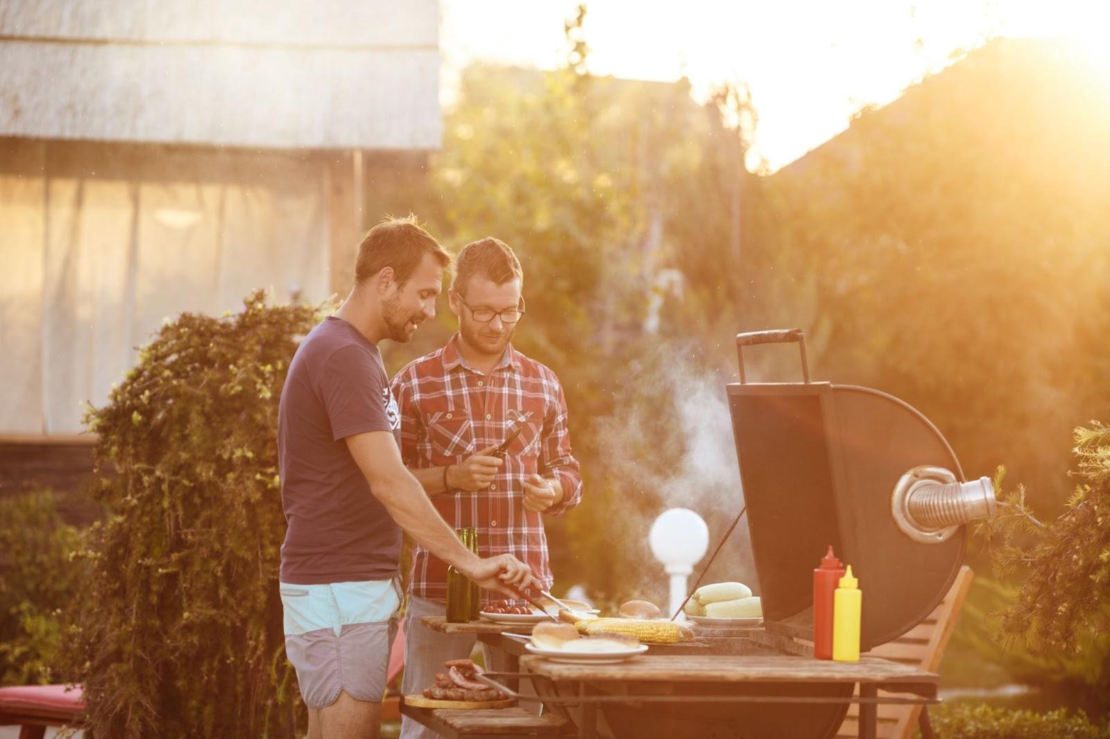 Imagem de dois rapazes em frente uma churrasqueira aprendendo como calcular carne para churrasco