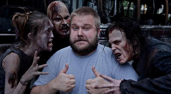Robert Kirkman e un gruppo di attori/zombie