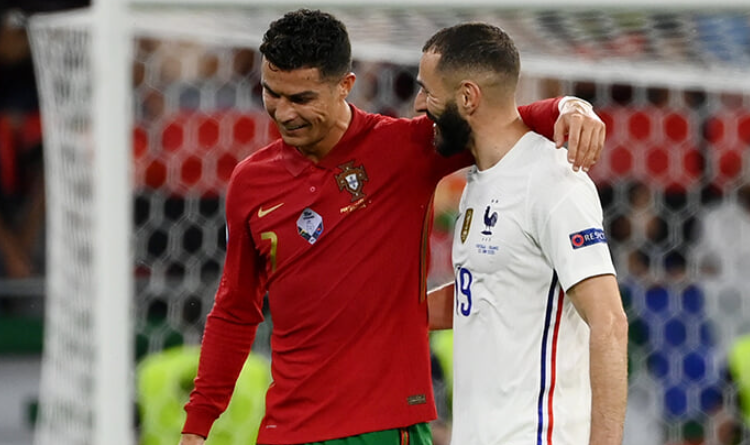 Cristiano Ronaldo, even though it was a goal against his team, congratulated Karim and they went to the changing room together after the first half