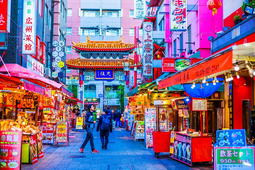 Cidade japonesa com barracas e lojas coloridas
