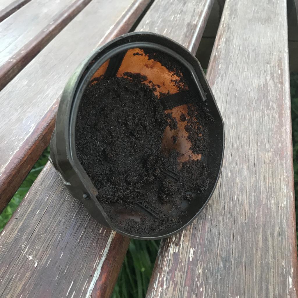 El filtro de una cafetera con borra de café