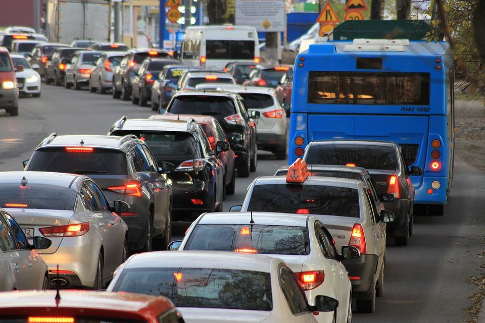 Sem ações de mobilidade urbana, carros particulares podem continuar inflando o trânsito das cidades. (Pixabay/Reprodução)