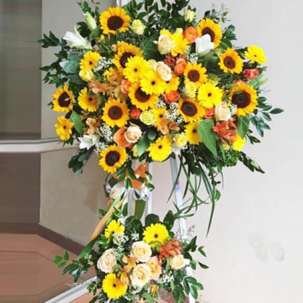 Ảnh có chứa hoa, trong nhà, tường, bó hoa  Mô tả được tạo tự động
