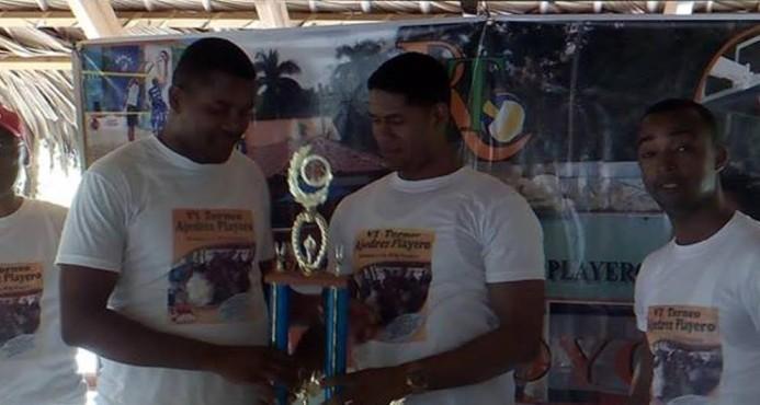 Héctor Eusebio, recibe el trofeo de campeón del primer torneo de ajedrez provincial de los juegos Voleibol y Baloncesto Playero Rubén Toyota.