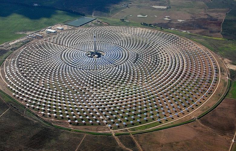 Солнечная электростанция Gemasolar вблизи Севильи (фото: swns.com).