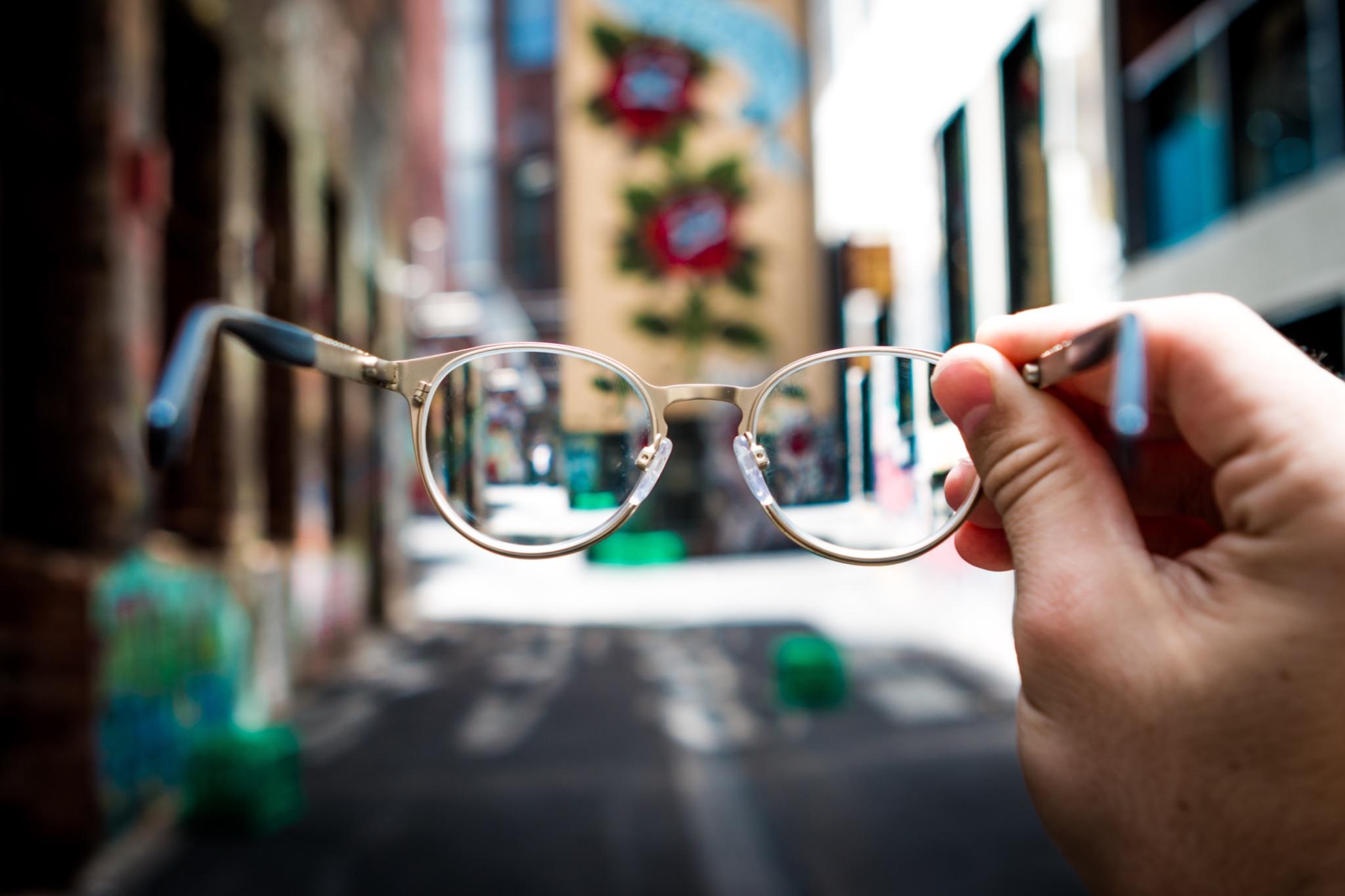 自宅で簡単!メガネをきれいにする方法、手順を紹介