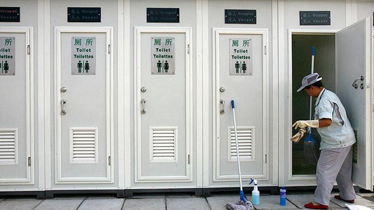 В Китае два человека погибли и еще четверо получили серьезные травмы, пытаясь достать провалившийся в биотуалет телефон за 320 долларов. Для тех, кто окажется в подобной ситуации: помните, что жидкость, использующаяся в биотуалетах, смертельно опасна!