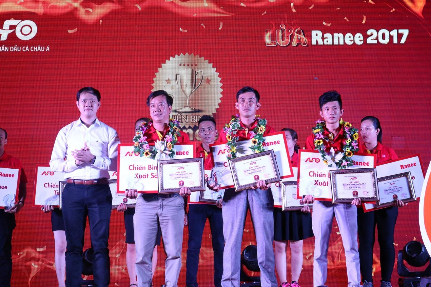 Description: Ông Lê Văn Chính - Tổng Giám đốc Công ty AFO trao giải Chiến binh Ranee cho các nhân viên bán hàng xuất sắc.JPG