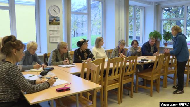 Курси естонської мови для пенсіонерів у Талліні. Літні люди мову вчать для себе