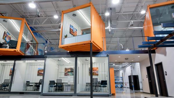 Container văn phòng trong xưởng sản xuất tiện lợi và bắt mắt