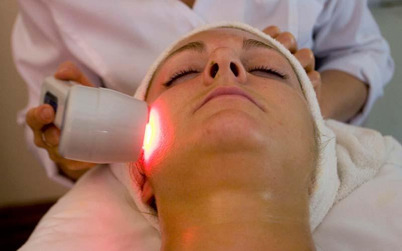 Liệu pháp laser hoặc trị liệu ánh sáng có hiệu quả trên những bệnh nhân mắc Chứng đỏ mặt