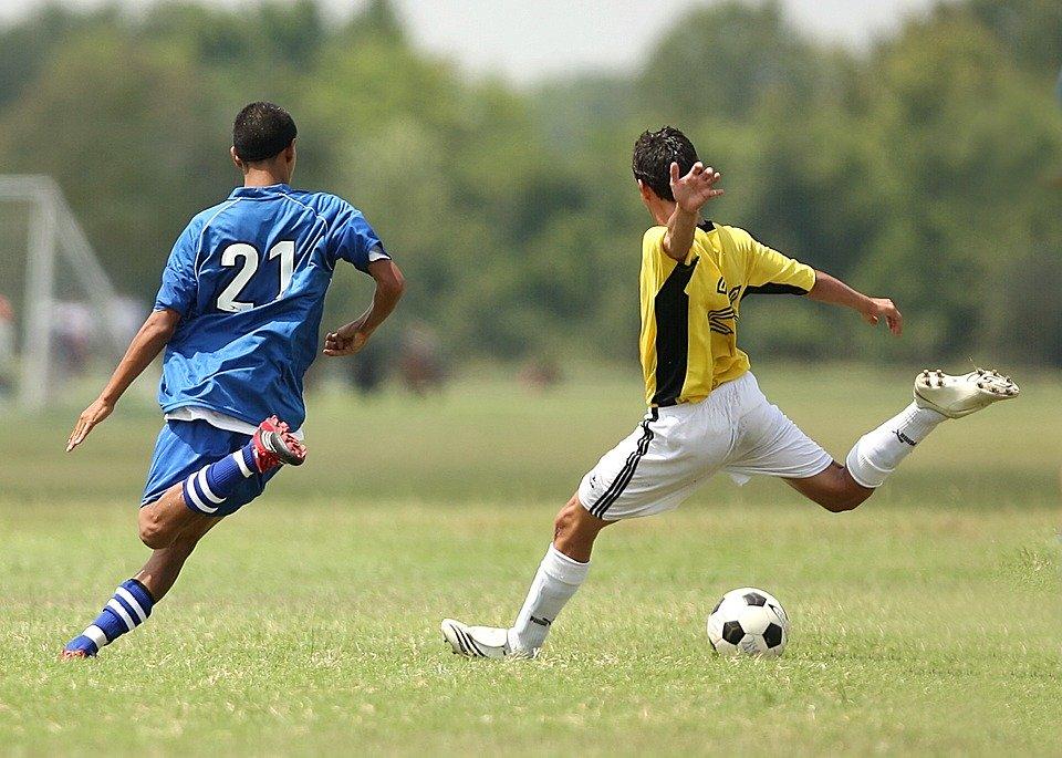 https://cdn.pixabay.com/photo/2016/06/15/01/11/soccer-1457988_960_720.jpg