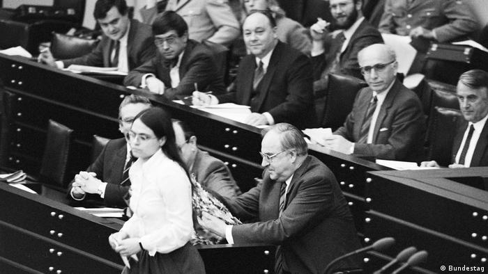 22 ноября 1983 года. Гельмут Коль на трибуне для членов правительства рассматривает гирлянду из журавликов, которую только что получил от Кристы Никельс из партии Зеленых в знак протеста против гонки вооружений
