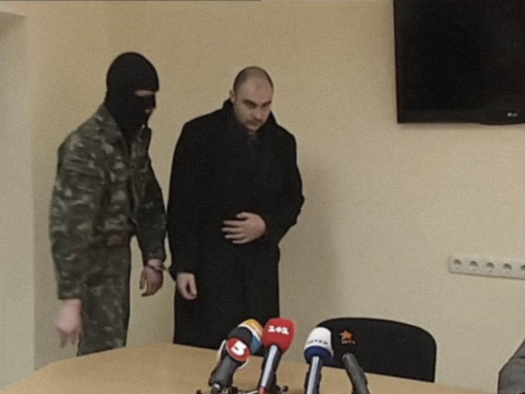 Олега Хлюпина выводят к журналистам. Кадр телеканала «Интер»