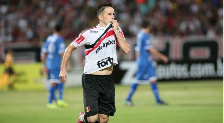 Pipico marcou dois gols em cima do Confiança. Foto: Bobby Fabisak/JC Imagem