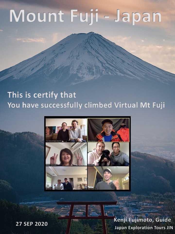 山の写真のコラージュ中程度の精度で自動的に生成された説明