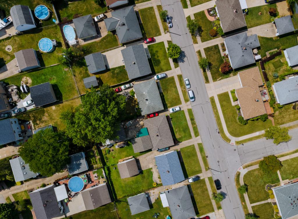 quartier résidentiel de Montréal vu de haut l'été avec du gazon et des arbres