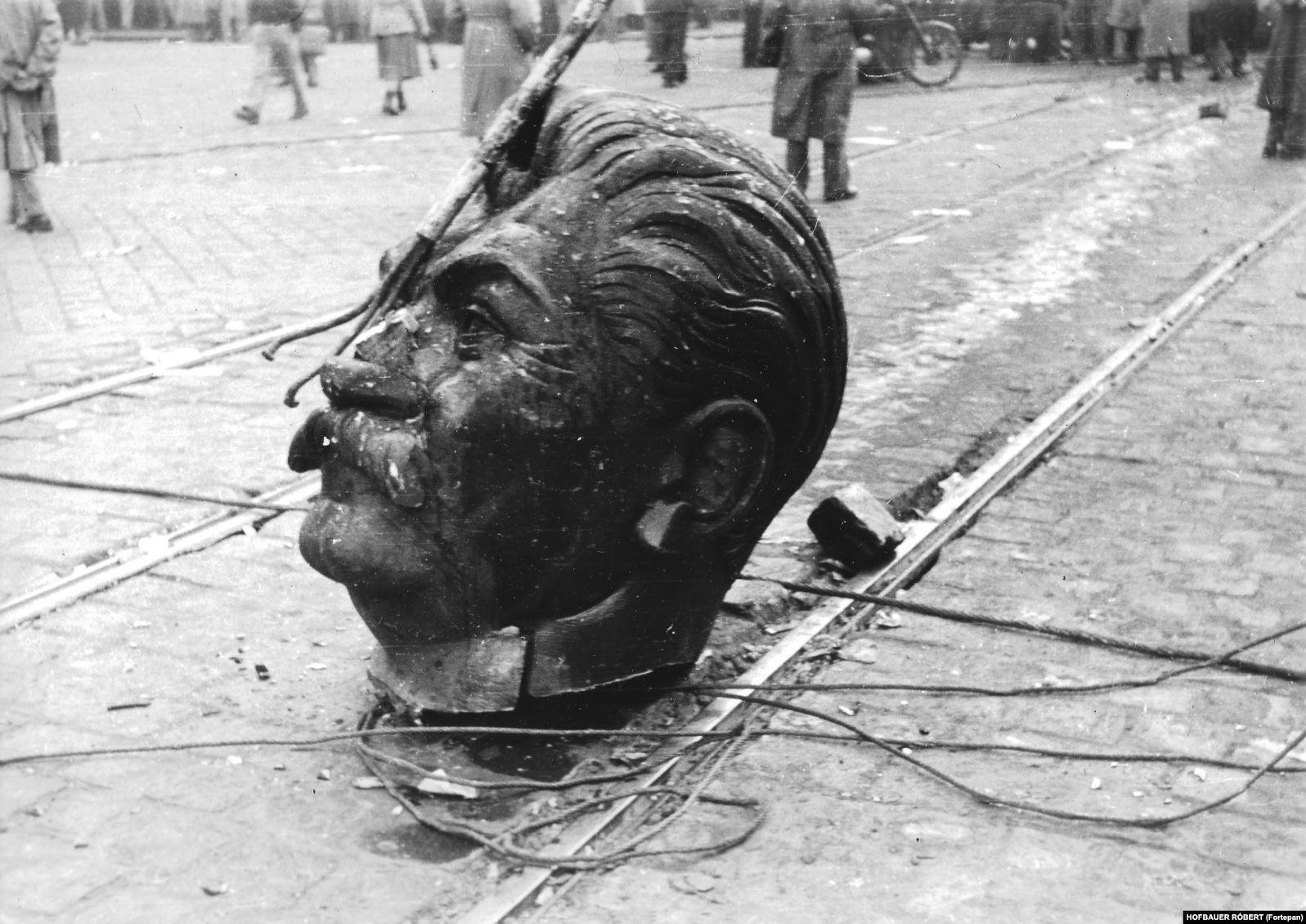 Голова Сталина с того самого монумента после того, как ее немного поволокли по улицам. Революция 1956 года началась со студенческих протестов, но очень скоро стала массовым восстанием против венгерского коммунистического режима