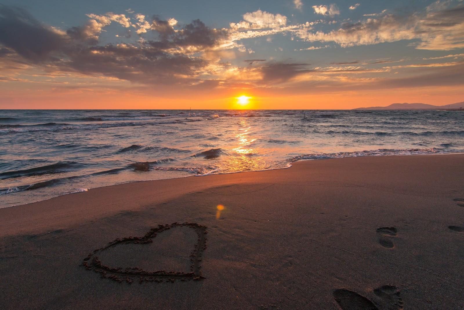 שקיעה בים על החול חרוט לב