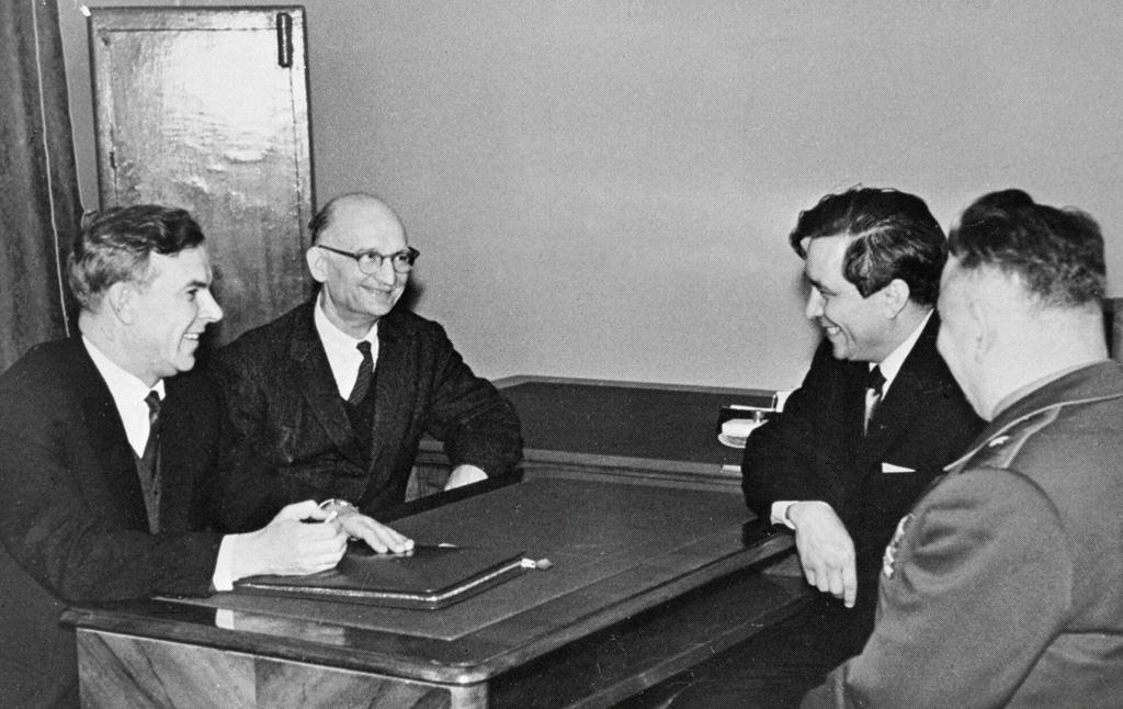 Председатель КГБ при Совете министров СССР В. Е. Семичастный (1-й слева) принимает советских разведчиков Рудольфа Абеля (2-й слева) и Конона Молодого (2-й справа)