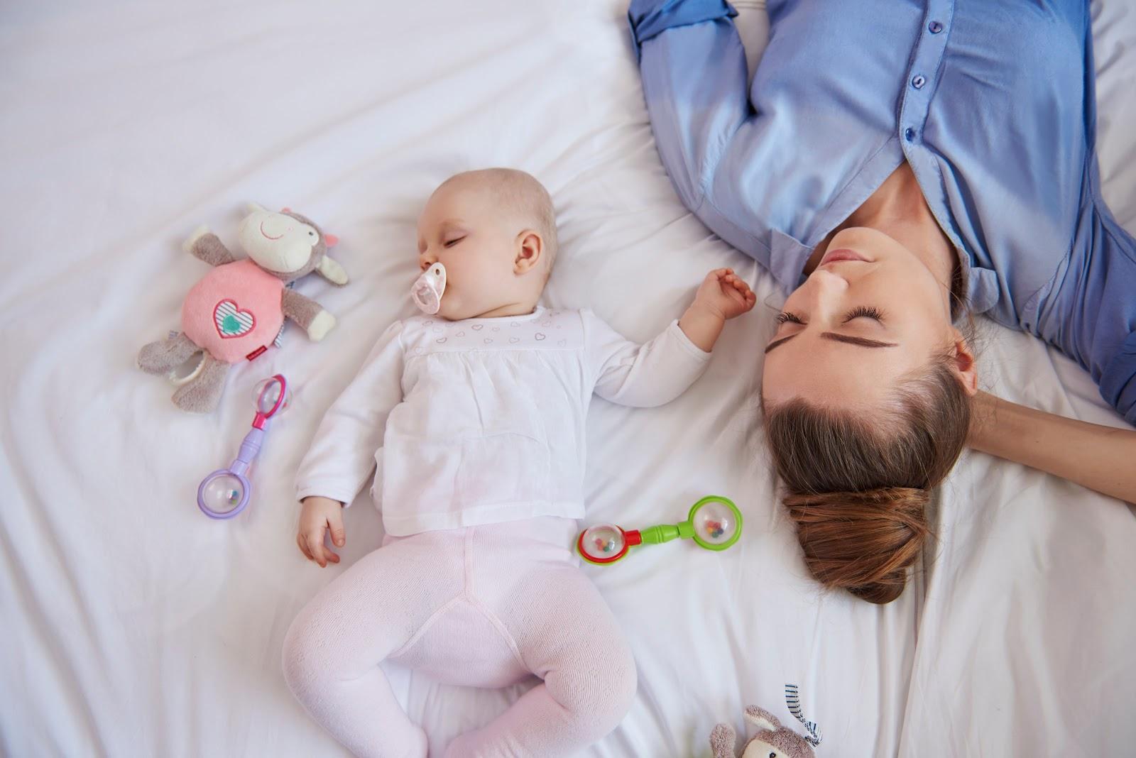 Crianças que ficam mais tempo com os pais em casa podem ter vantagens no desenvolvimento emocional. (Fonte: Freepik)