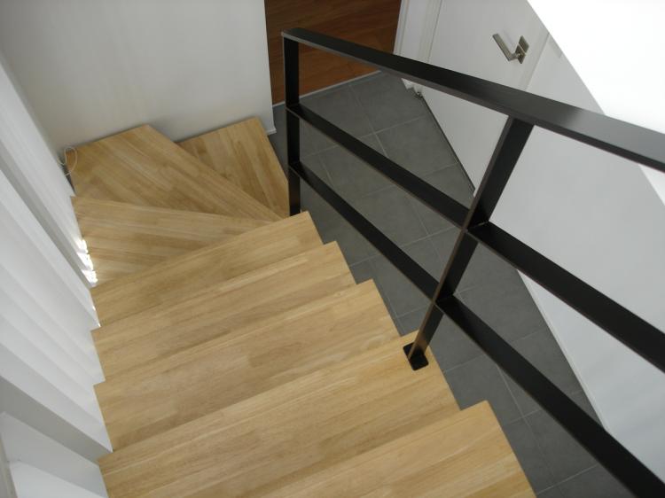 Cầu thang có dốc cao và lan can thưa tiềm tàng nhiều mối nguy hiểm cho người già, trẻ nhỏ